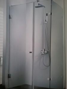 Phòng tắm kính vuông góc